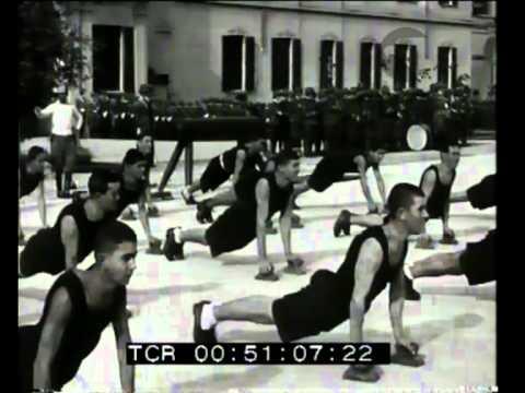 A Roma Mussolini visita la caserma della Guardia di Finanza