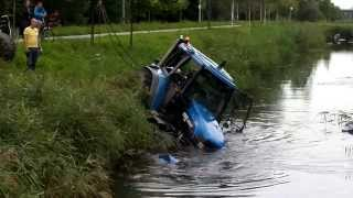Tractor glijdt in sloot aan het Havenspoorpad Lombardijen