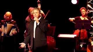 Pierre Perret chante la femme grillagée à l