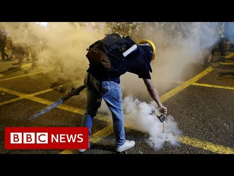 Hong Kong protests: 'Riot police are moving in' - BBC News