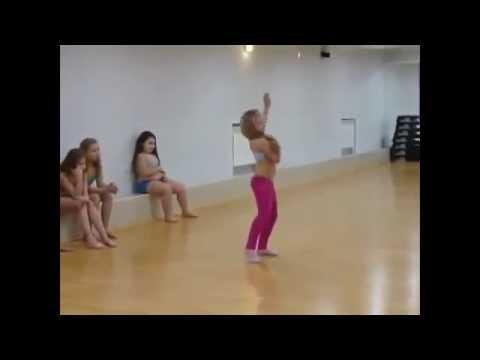 Прелестная малышка танцует Арабский Танец