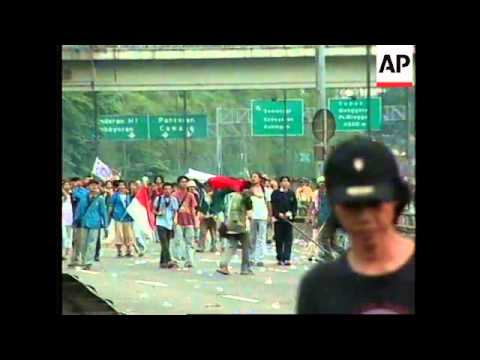 INDONESIA: STUDENTS TRY TO STORM PARLIAMENT