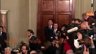 Casalino segue con attenzione il discorso di Di Maio al Quirinale