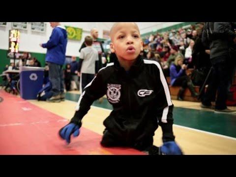 El niño sin piernas que boxea y juega al fútbol americano
