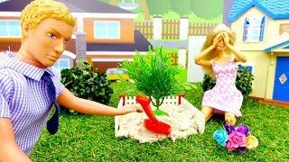 Куклы Барби - Сажаем цветы. Видео для девочек.