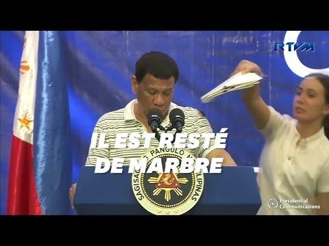 Le président philippin Rodrigo Duterte interrompu par... un énorme cafard