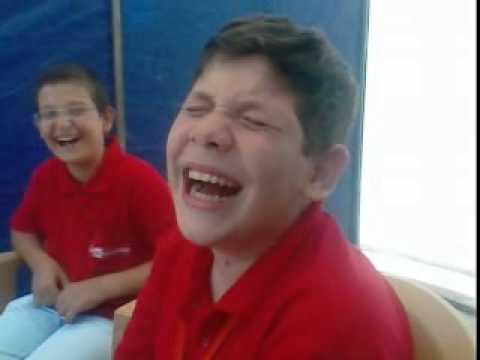 Gülmekten altına sıçan çoçuk