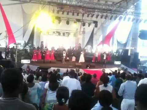 Dieu est capable - célébration choir - vases d'honneur