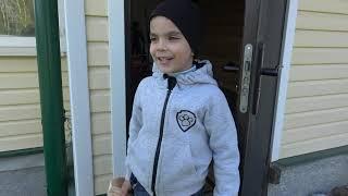 Дети играют со старыми машинками и распаковывают новые машинки багги полицейскую машинку и мотоцикл