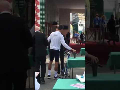 Djokovic chega ao Masters 1000 de Monte-Carlo de bicicleta