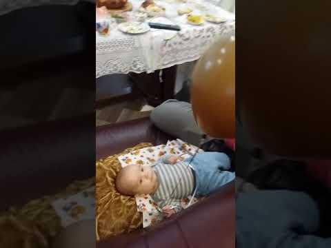 Младенец играет с шариком