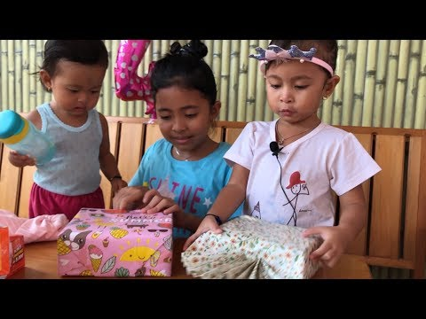 Buka Kado Ulang Tahun Shanti Ke 4 - Kids Opening Birthday Presents