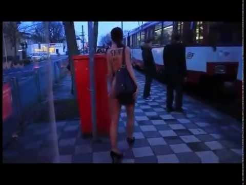 Cô gái khoả thân đi tàu điện
