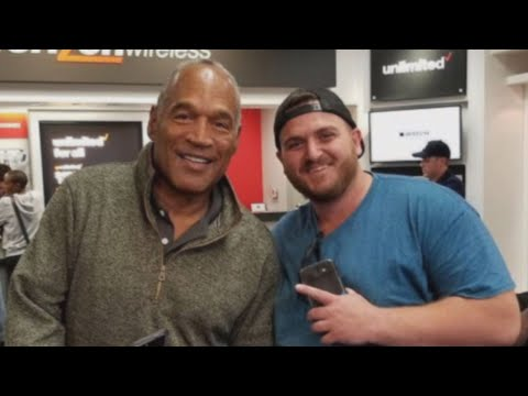 O.J. Simpson Poses for Selfies With Customer in Verizon Store