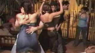 Repeat youtube video parte 1 bailando eroticamente  unas colombianas y colombianos (erotismo, restregon, manoseo, ect)
