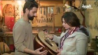 سوري يواجه قسوة اللجوء بصناعة آلات موسيقية