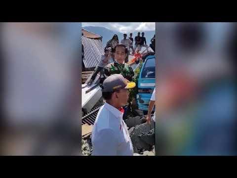 Mengharukan ! Presiden Jokowi Menenangkan Korban Gempa & Tsunami Palu-Donggala