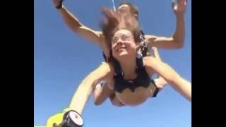 видео голая девушка прыжок