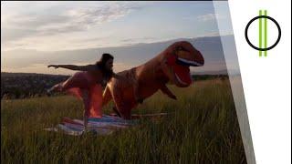 Szeder randija egy dinoszaurusszal a természet lágy ölén