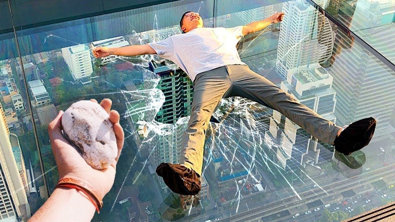 أخطر الجسور الزجاجية في العالم.. هل يمكن للحجارة كسرها ؟!