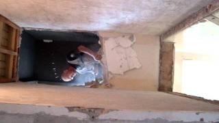 Verbouwing Frans sloopt muur voor trap 13 mei 2010b
