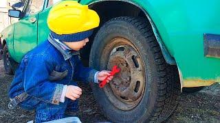 Машинка сломалась и Малыш помогает починить машинку. Видео для детей