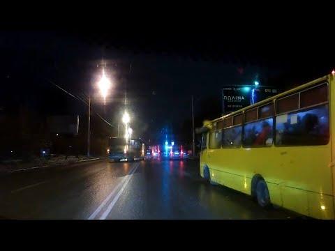 В Екатеринбурге из-за гололёда на Комсомольской развернуло автобус | E1.ru