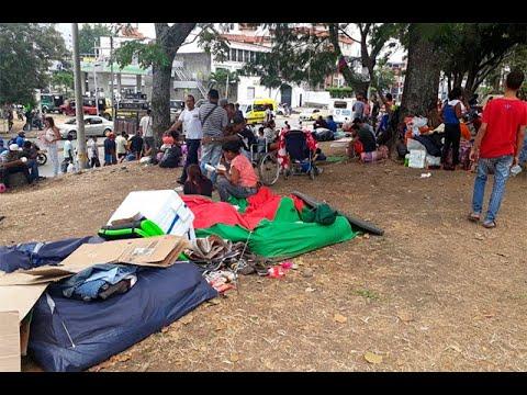 Venezolanos permanecen a las afueras de la terminal de transportes de Cali | Noticias Caracol