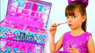 Laurinha Pretend Play Dress Up and New Make Up toys ! Laurinha brincando de maquiagem !