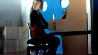 Ellen playing Schulz Weida, Sonatine G-dur on piano