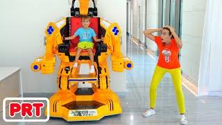 Vlad e Niki brincando com um carro robô de brinquedo