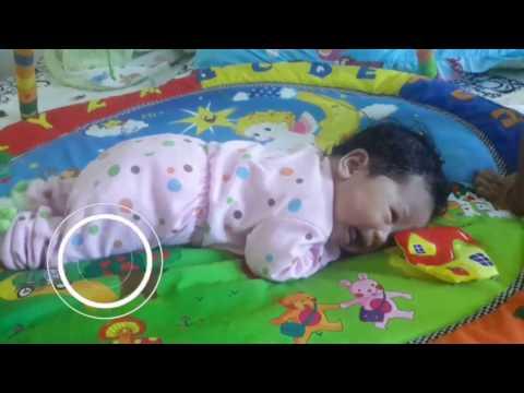 Bayi 1 bulan belajar tengkurep / Tummy Time ( bahasa )