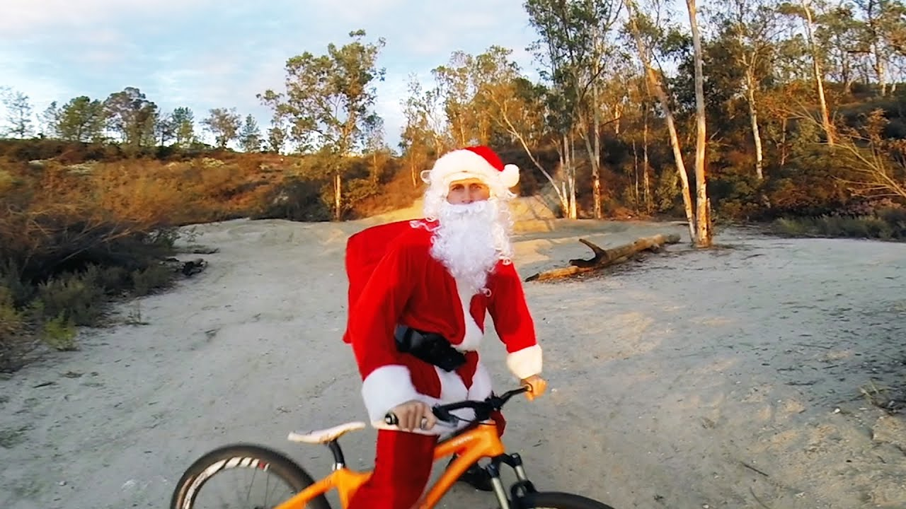 Санта Клаус на велосипеде предновогодне жжот