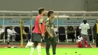 Neymar met un petit pont à Thiago Silva et se prend une balayette