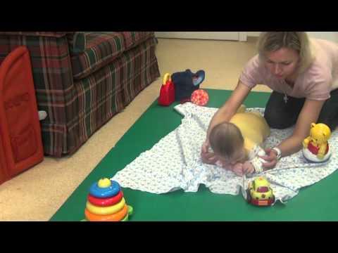 Как помочь ребенку научиться перевороту с живота на спину