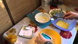 Заливной пирог с яйцом и зеленым луком.