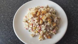 салат с куриной грудкой, овощами, сыром и грецкими орехами.