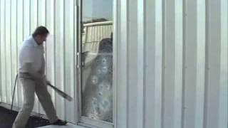 Петроокна: возможности триплекса.wmv(Даже при сильном ударе триплекс-стекло не рассыпается на части и не ранит человека. Разбить такое стекло..., 2011-09-23T19:55:06.000Z)