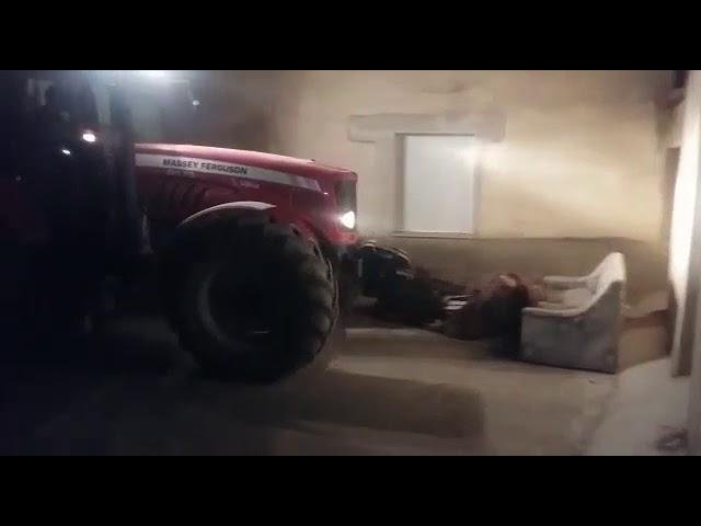 Un hombre en Benegiles aplasta un sofá de unos peñistas con un tractor