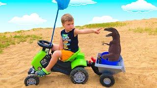 Малыш  на Большом Тракторе весело играет и  ловит Динозавров и Машинки