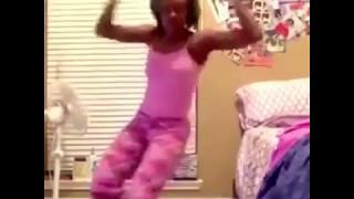 CETTE FILLE QUI DANCE SUPER MAL ! thumbnail