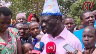 Besigye akoledde abaana abaddayo ku ssomero akabaga, aliko obubaka bw'abawadde thumbnail