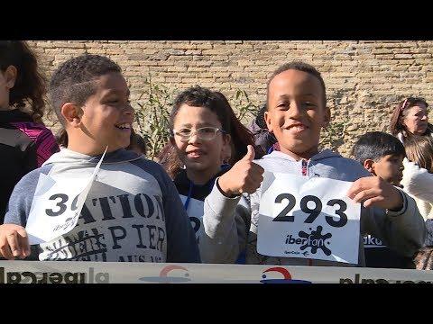 Más de 400 escolares del colegio Juan XXIII corren en la Aljafería por la paz