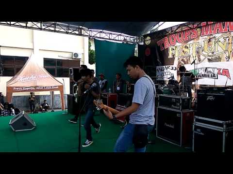 HELLO HOLIDAY - INTRO & MENGEJAR MIMPI (COVER GINGGA BURGER) AT TROOPS MANIFEST #FEST UNITY