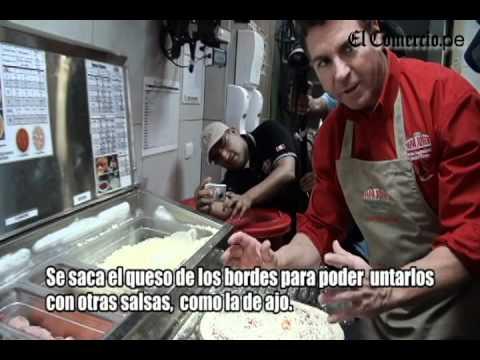 Así prepara una pizza el fundador de la cadena Papa John