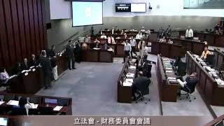 多名議員離開座位走到主席位置前理論