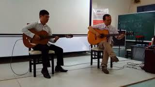 Thầy chủ nhiệm lớp DTD chơi đàn guitar tổng kết khóa học K17 cùng nghệ sĩ Kiều Anh Tuấn