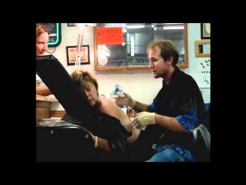 Fazendo uma Tatuagem Nas costas