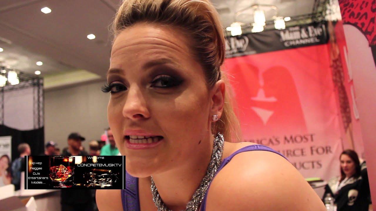 Alexis Texas Interview Fra AEE 2014 Doovi-7546