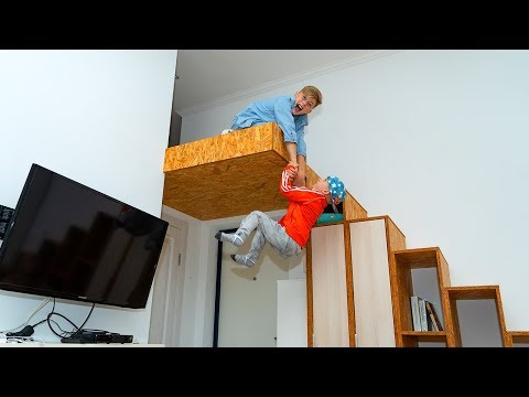 Нашли потайную комнату. Тиша хочет забрать все игрушки!!!